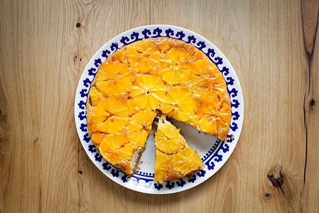 Tort cu portocale caramelizate, mălai și midgale